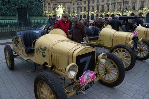 Travessia de Paris em veículos clássicos