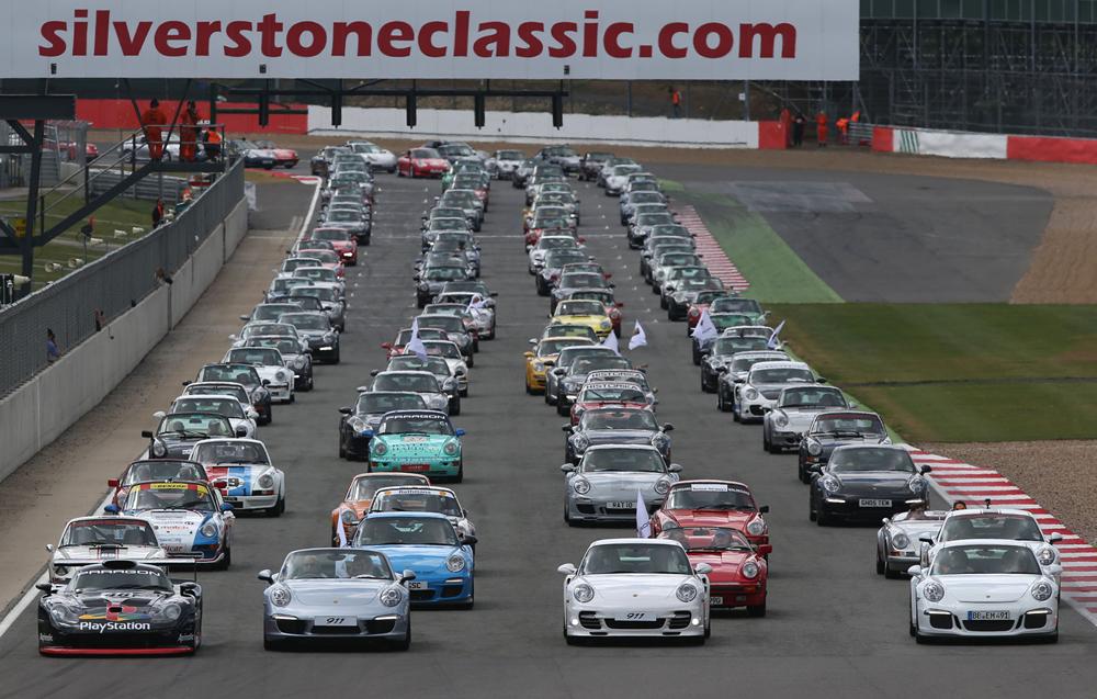 Silverstone bate novo record mundial com desfile de Porsche's 911