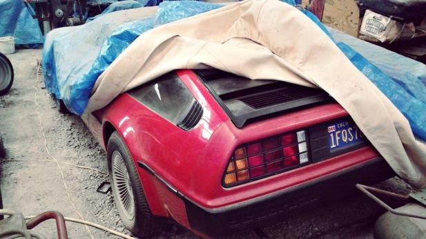 Raro DeLorean vermelho esquecido mais de 30 anos num armazém