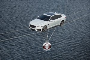 O novo Jaguar XF atravessa a água sobre a corda bamba mais longa do mundo