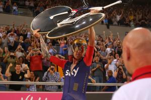 Bradley Wiggins bate recorde numa bicicleta Pinarello construída com a Jaguar