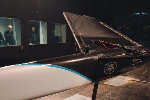 Land Rover colabora com velejadora na tentativa de bater o o recorde mundial de velocidade à vela