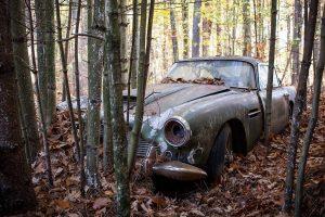 O Mercedes-Benz de John Lennon e um Aston Martin abandonado na floresta