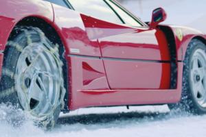 É suficientemente corajoso para conduzir um Ferrari F40 na neve?