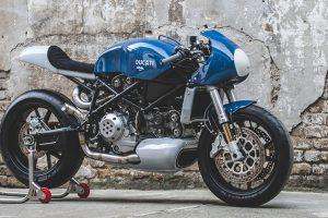 Monstruosa Ducati directamente da oficina para a pista