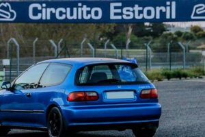 Entre a bordo deste Honda Civic no circuito do Autódromo do Estoril