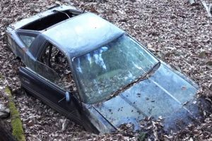 Homem descobre Toyota Supra abandonado na floresta