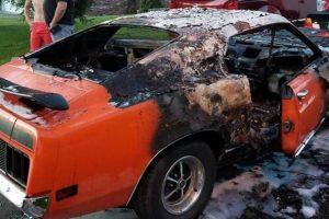 Incêndio criminoso destrói Ford Mustang de menino deficiente
