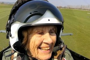 Aos 92 anos, Joy Lofthouse voltou a pilotar um Spitfire