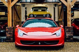 A garagem de sonho para uma colecção de automóveis diversificada