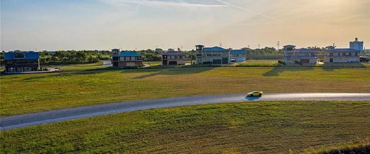 A casa de sonho para qualquer amante de automóveis e velocidade