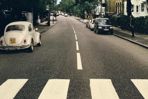 Volkswagen altera a icónica capa do álbum Abbey Road dos The Beatles
