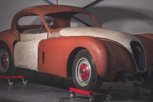 Jaguar XK120 FHC em processo de restauro há 50 anos está à venda