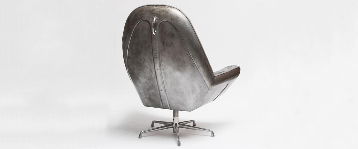 A cadeira contruída a partir do capot de um Carocha