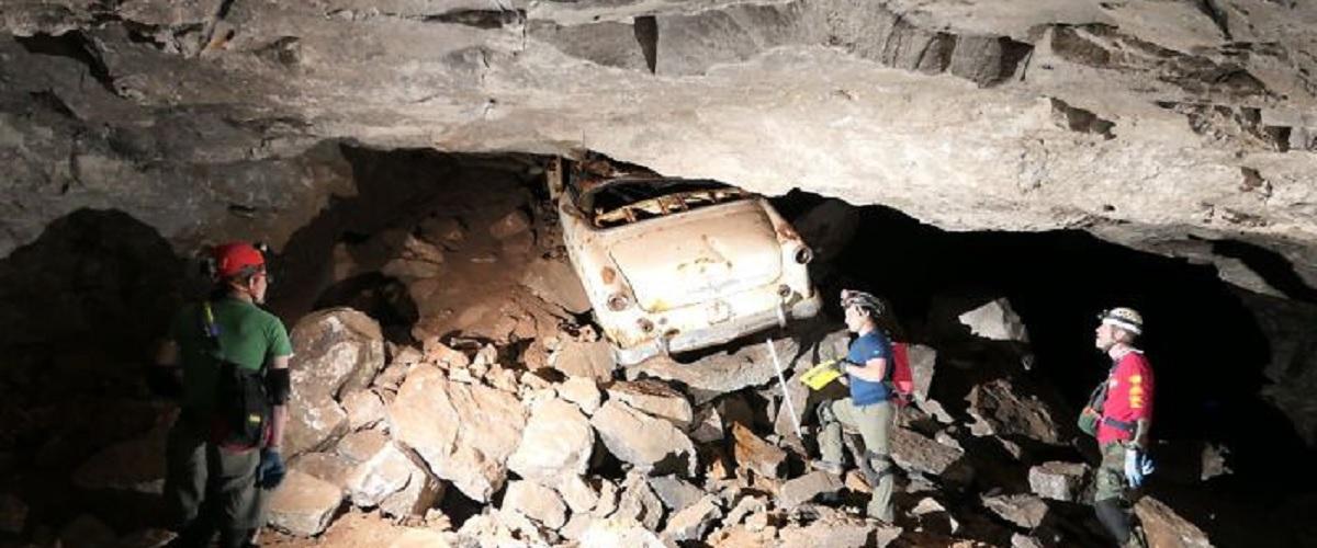 Ford Crestline Sunliner descoberto numa mina abandonada