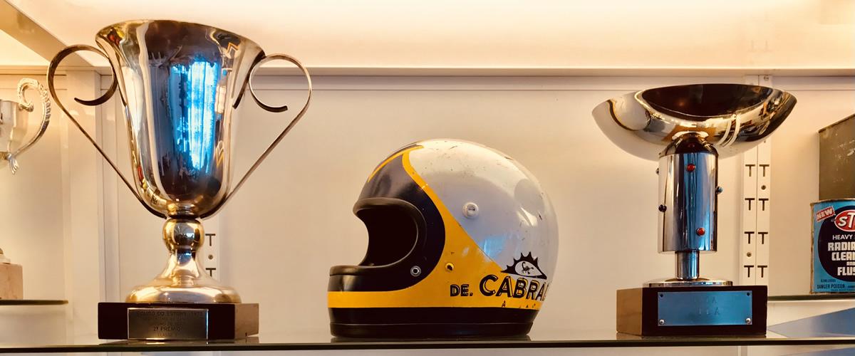 Taças de Nicha Cabral reforçam núcleo do piloto no Museu do Caramulo