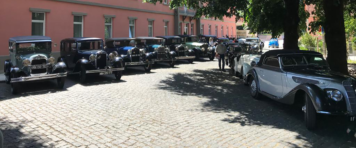 Sol, amigos e automóveis pré-guerra